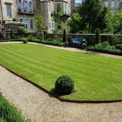 Example of a Georgian style lawn garden in Bath